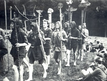 Image : Kibbo Kift Kindred, men and boys on camp parade with totems, 1925